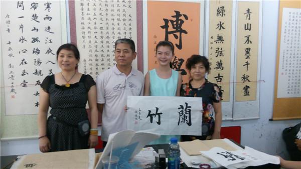 美籍华裔小朋友暑期班学书法